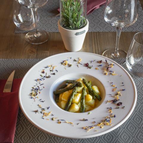 Chicche di Patate con Asparagi Croccanti Convivio Ristotigelleria Toscana Vetrinando Arezzo